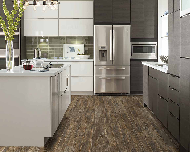 Modern 2020 themed kitchen that incorporates stainless steel appliances and contrasting white and espresso stained cabinets.